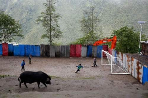 http://www.chinatibettrain.com/blog/wp-content/uploads/2014/06/A-Tibetan-boys-World-Cup-dreams31.jpg